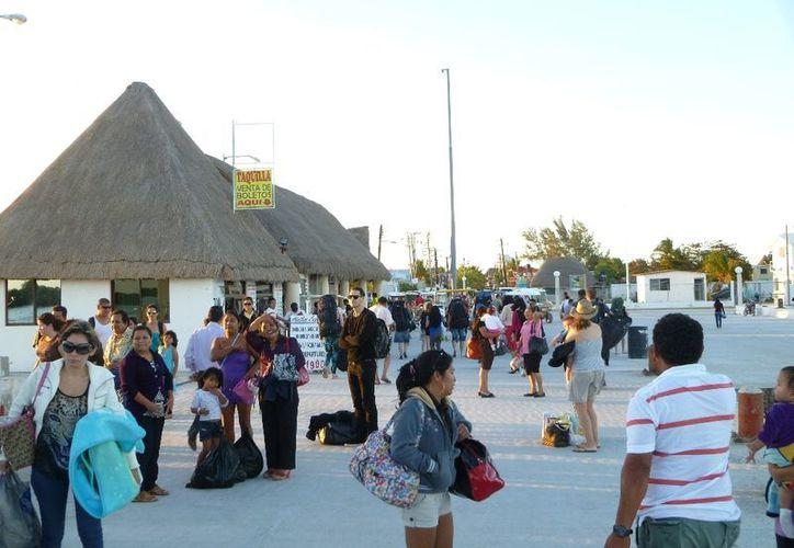 El arribo de turistas ayuda en gran medida a la economía de las familias. (Raúl Balam/SIPSE)