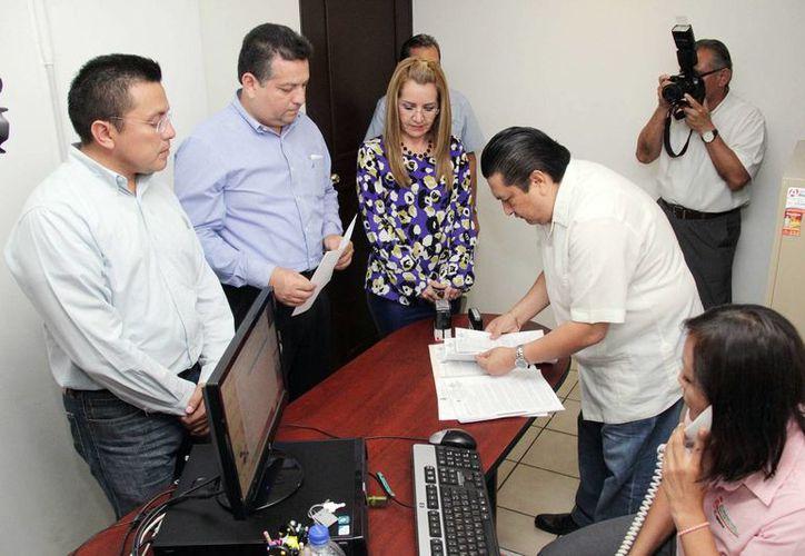 En la imagen, el momento de la entrega de la Ley de Ingresos 2015 del Ayuntamiento de Mérida al Congreso del Estado. (Milenio Novedades)