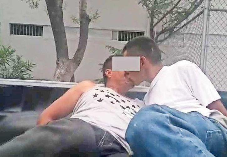 Cinco policías de Chihuahua se encuentran suspendidos de su cargo y sueldo, ya que son acusados de obligar a dos detenidos a besarse con la condición de que los dejarían en libertad. (diario.mx)