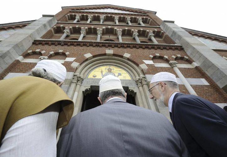 Francia inició el cierre de mezquitas como una forma de frenar el terrorismo yihadista en su territorio. Imagen de contexto de miembros de una comunidad musulmana a su llegada la iglesia católica de Santa María de Milán, el 31 de julio de 2016. (AP)