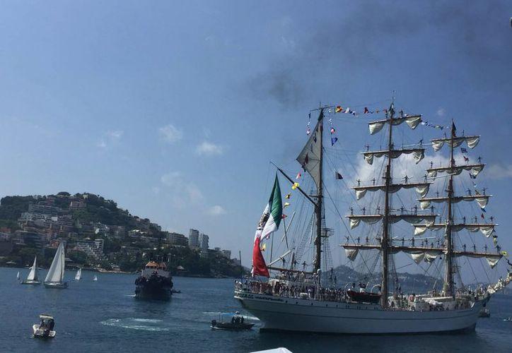 Acordes de mariachi recibieron en Acapulco al buque Cuauhtémoc tras un viaje de unos 200 días. (Notimex)