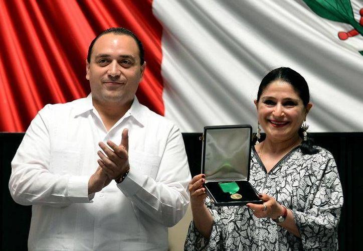 El gobernador del estado, Roberto Borge Angulo; y la actriz y cantante, Silvia Astrid Hadad Estéfano, en la sesión pública realizada en el Congreso estatal. (Redacción/SIPSE)