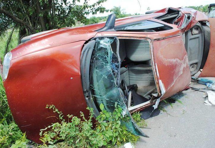 El Chevy Monza de la maestra quedó desbaratado a 7 km antes de llegar a Tizimín. (Milenio Novedades)
