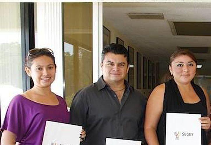 Maestros posan con el certificado de plaza en las instalaciones de la Segey en Mérida. (Milenio Novedades)