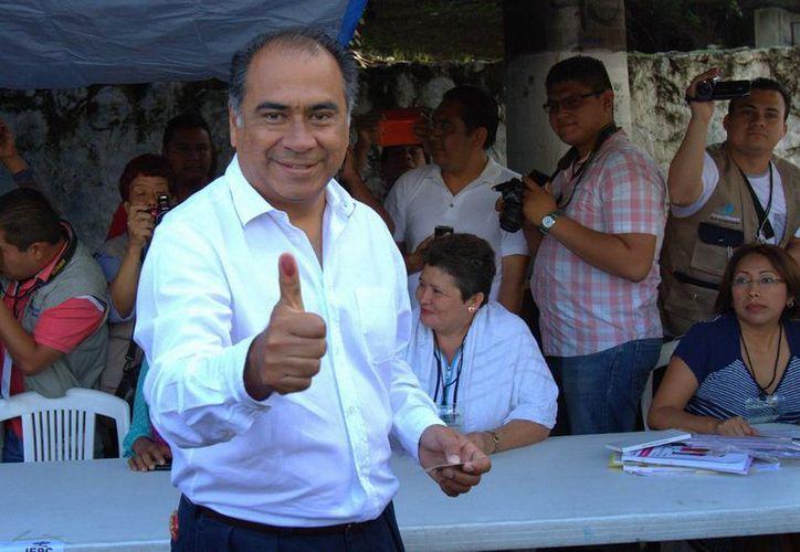 El gobernador electo de Guerrero, Héctor Astudillo Flores, sufrió un susto en el aire que obligó al piloto del avión a realizar un aterrizar de emergencia. Imagen del pasado 7 de junio de Astudillo después de votar en las elecciones. (Archivo/Notimex)