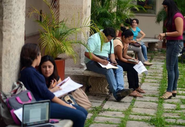 Según la Uady, que ya abrió su convocatoria para becas 2017-2018, uno de cada tres estudiantes requiere apoyo económico para mantenerse. (Archivo/SIPSE)