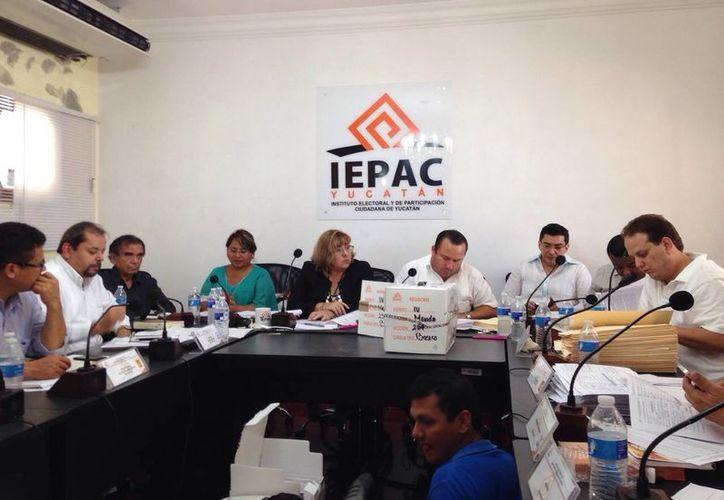 Imagen de la sesión extraordinaria para el conteo de los votos de los paquetes electorales en el Consejo electoral de Mérida. (Israel Cárdenas/SIPSE)