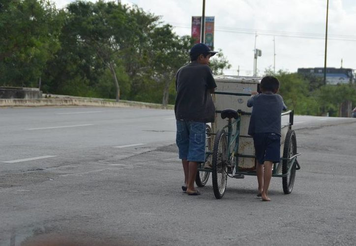 """En 2014, empresarios señalaron el modus operandi detectado en """"familias"""" que llevaban a los niños a la zona turística a recoger latas y pedir dinero. (Adrián Barreto/SIPSE)"""