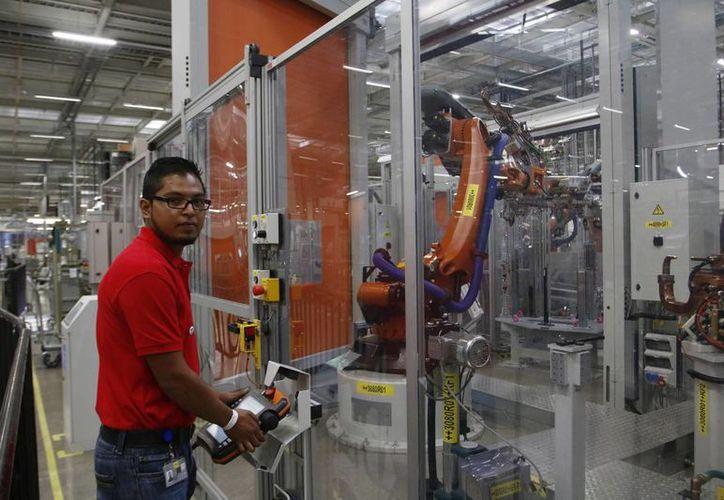 Según la Consar, la disminución de las comisiones representó un ahorro para los trabajadores de mil 582 millones de pesos. En la imagen, un obrero de una armadora de autos de lujo en San José Chiapa, Puebla. (Archivo/Notimex)