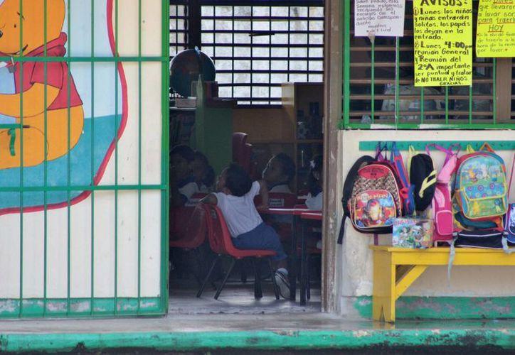 Debido a las lluvias en Cozumel, algunos padres optaron por no llevar a sus hijos a la escuela ayer. (Gustavo Villegas/SIPSE)
