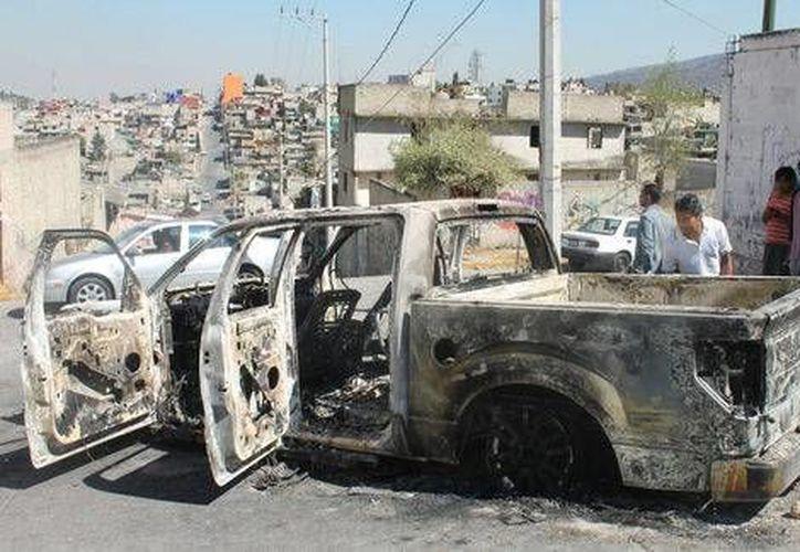 Vecinos de Tultitlán prendieron fuego a una camioneta al confundir a sus ocupantes con presuntos secuestradores. (Cuartoscuro)