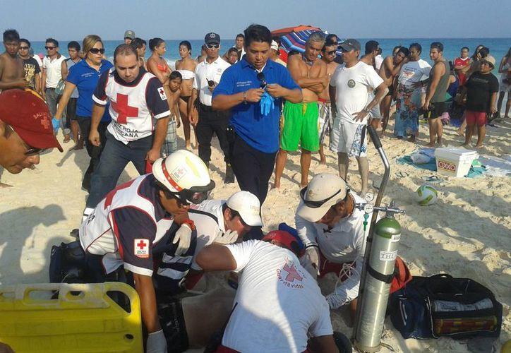 Momentos en que auxiliaron a la persona en la zona de playa. (Redacción/SIPSE)