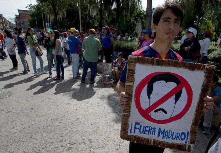 Un muchacho porta un cartel en el que exige la salida del presidente Nicolás Maduro, durante la concentración de una manifestación en la ciudad de Mérida, Venezuela, el 7 de septiembre de 2016. (Foto: AP/Fernando Llano)