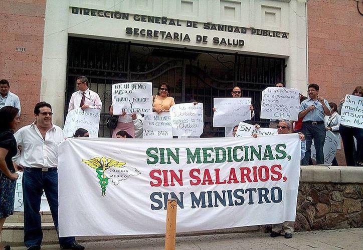 Miembros del Colegio Médico de Honduras reclaman medicamentos, salarios y beneficios en la Secretaría de Salud. (elheraldo.hn)