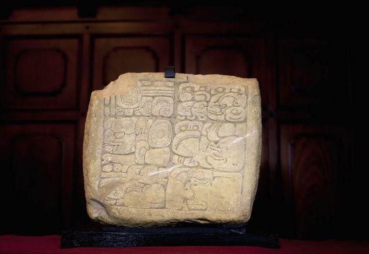 Panel arqueológico maya que las autoridades guatemaltecas recuperaron en Estados Unidos y repatriaron a su país. (EFE)