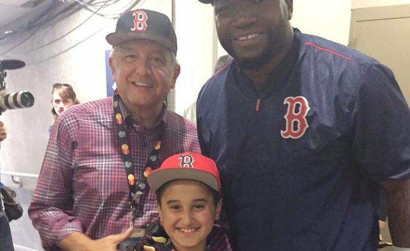 El líder de Morena, Andrés Manuel López Obrador, con su hijo Jesús Ernesto y el beisbolista David Ortiz. (@laaficion)