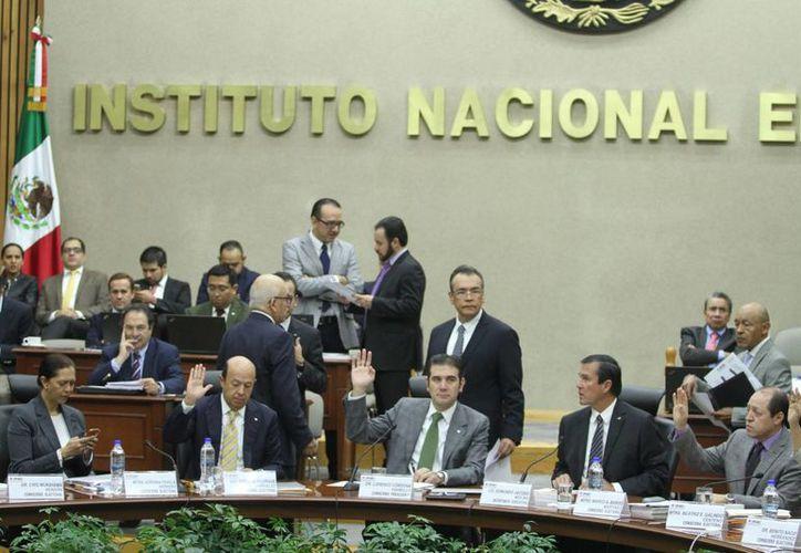 El INE aprobó sancionar los reportes tardíos de gastos por parte de los partidos políticos que participan en las elecciones en 13 estados. (Notimex)