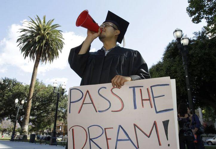 Los senadores explicaron que el nuevo proyecto proporciona la visa W1 por seis años a los que siguen estudios superiores. (Archivo/AP)
