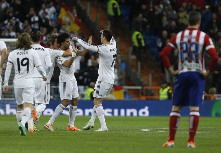 Pepe celebra el gol que abrió el marcador a favor del Real Madrid. El Atlético no sólo debe remontar un 0-3 en el juego de vuelta sino que no contará con Diego Costa. (Agencias)