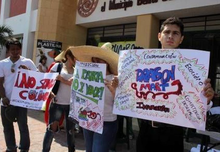La caravana partió del Teatro de la Ciudad; los inconformes portaban pancartas con mensajes de protesta. (Agencias)