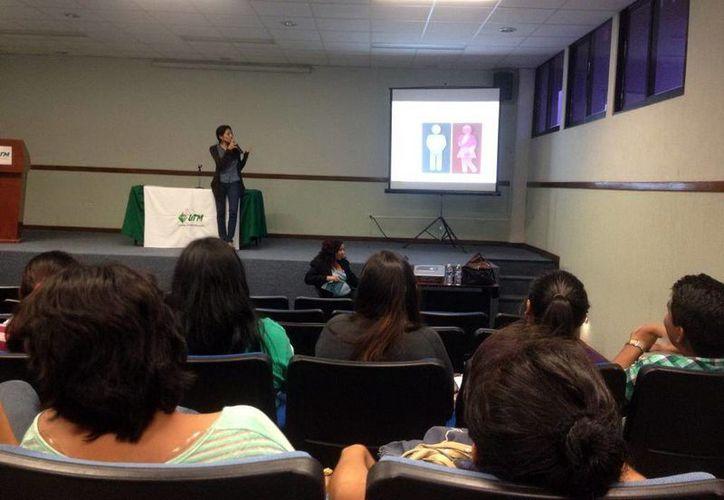 Conferencia para los alumnos acerca de la literatura, cine, teatro y música. (Milenio Novedades)