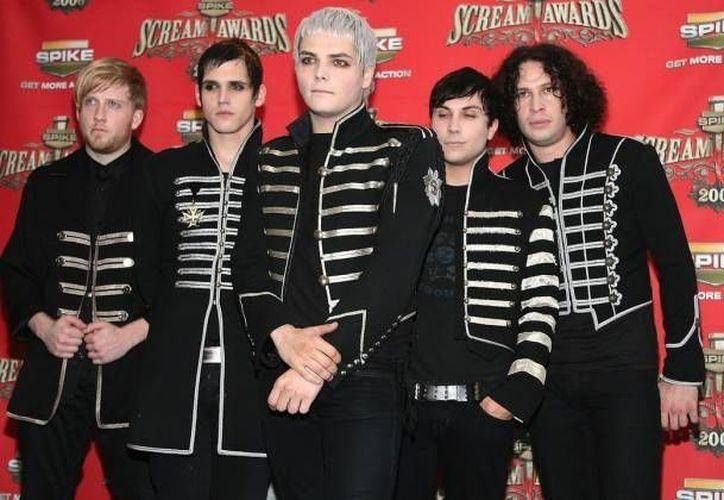 La banda anunció en 2013 su separación, pero este miércoles causó revuelo al publicar su nuevo logo.(Foto tomada de Facebook/My Chemical Romance)