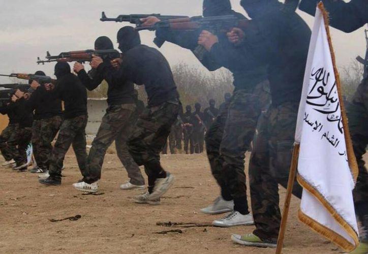 Foto de archivo sin fecha, liberada el 29 de noviembre de 2013 en la página de Facebook de un grupo militante, que muestra a integrantes de uno de los grupos de rebeldes sirios en un campo de entrenamiento en un sitio desconocido en Siria. (AP)