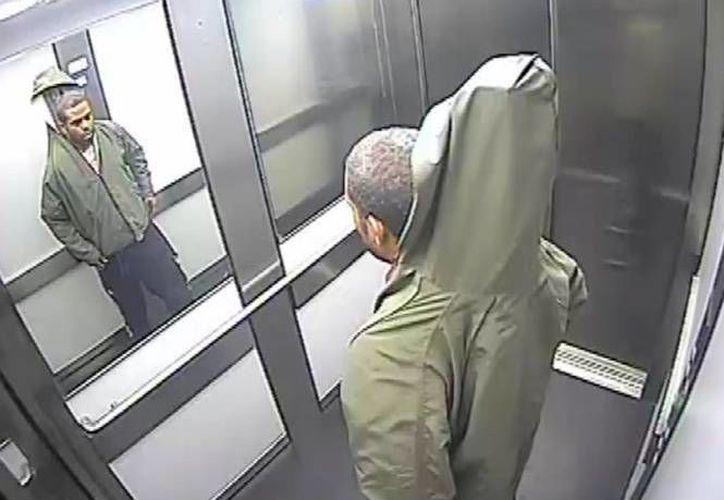 El hombre tomó las persianas de una tienda de la ciudad y pasó desapercibido por los empleados. (northants.police.uk)