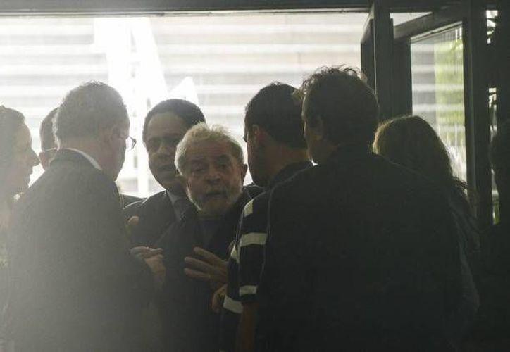 Momento en que el ex presidente de Brasil, Luiz Inacio Lula da Silva, es llevado a la Policía Federal para declarar. (Marcos Bizzotto/Raw Image)