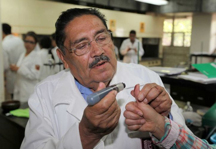 Filiberto Vázquez Dávila comenzó a hacer tintas para periódico antes de entrar al concurso que lanzó el INE para producir la tinta indeleble que se usa para manchar el pulgar de los votantes.. (Foto Notimex)