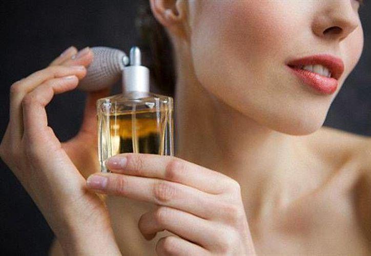 Puedes ponerte perfume en las muñecas, sienes y cuello. (Contexto/Internet)