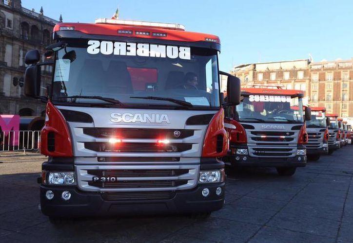 Los nuevos vehículos de los bomberos permanecerán unos días en el Zócalo capitalino para que la gente pueda verlos de cerca. (Facebook/Miguel Ángel Mancera)
