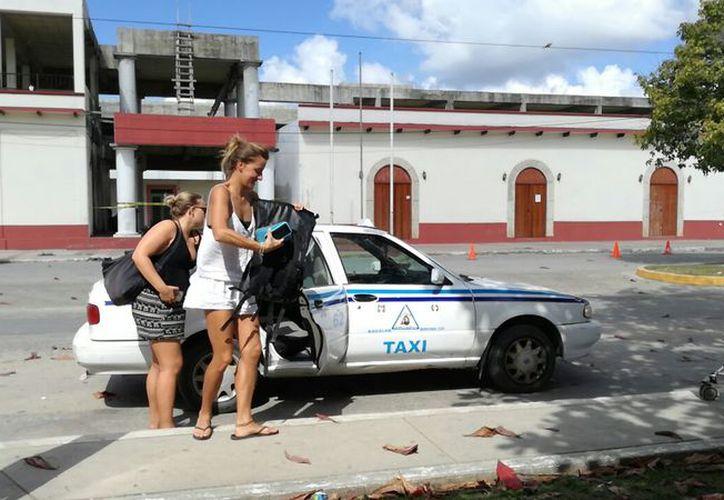 Cuatro unidades del gremio taxista de Bacalar lucirán el color naranja, distintivo de la erradicación contra la violencia hacia la mujer. (Javier Ortiz/SIPSE)