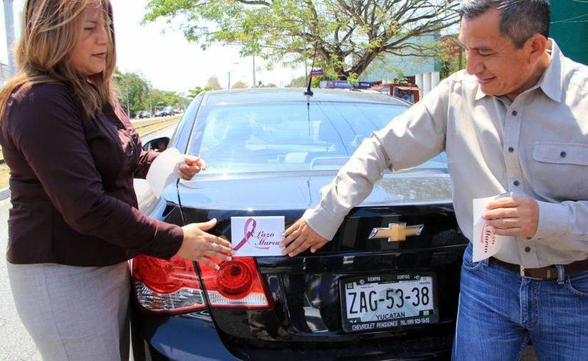 La campaña inició con la distribución de calcomanías. (José Acosta/SIPSE)