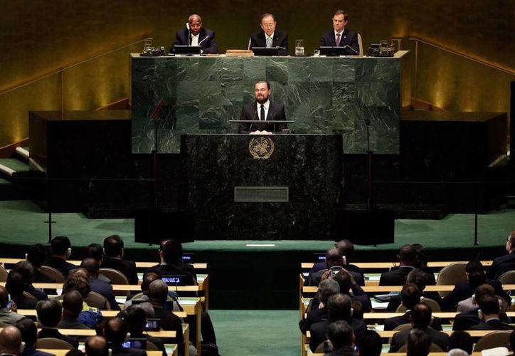 Momento en el que el actor Leonardo DiCaprio pronuncia su discurso, desde la máxima tribuna de la ONU sobre el cambio climático, en el que exigió a los líderes mundiales tomar medidas urgentes. (AP)