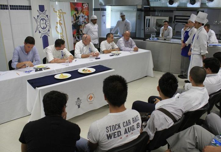 Los futuros chefs expusieron sus obras gastronómicas ante los jueces. (Sergio Orozco/SIPSE)