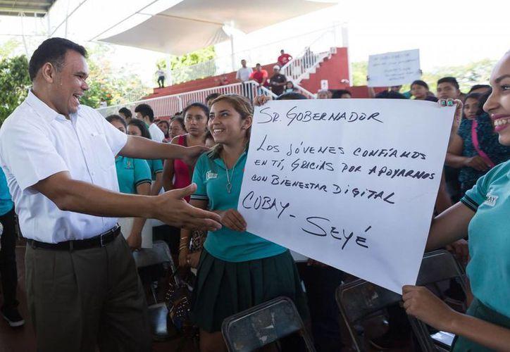 Ayer, el Gobernador entregó computadoras a estudiantes en el deportivo Kukulcán, como parte del programa Bienestar Digital, y así lo recibieron. (Cortesía)