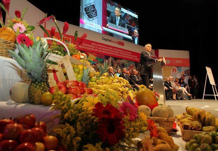El jefe de gobierno de la Ciudad de México, Miguel Ángel Mancera, reconoció el valor y la tradición que se custodia en los mercados de la capital. (Notimex)