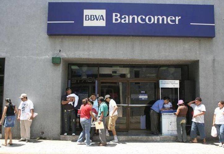 Los bancos que ofrecen sus servicios dentro de centros comerciales y supermercados abrirán al público de manera habitual, en los horarios tradicionales. (Archivo SIPSE)