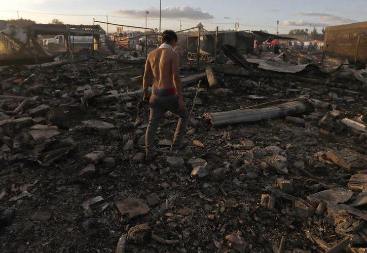 El mercado de San Pablito, en Tultepec, se redujo a cenizas luego de la explosión del martes. Hasta el momento han muerto 29 personas. (AP/Eduardo Verdugo)