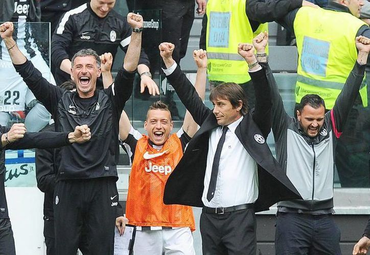 El técnico del Juventus Antonio Conte (2d) celebra con sus ayudantes el título la Seria A, el número 29. (EFE)