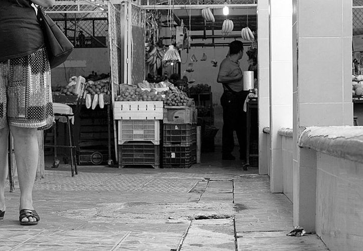 El problema se acentúa en las tardes cuando los encargados de los mercados realizan labores de limpieza y  de  inmediato las alcantarillas se saturan, debido a que las personas destapan las fosas para depositar botellas de plástico y basura embolsada, de acuerdo con la autoridad municipal.