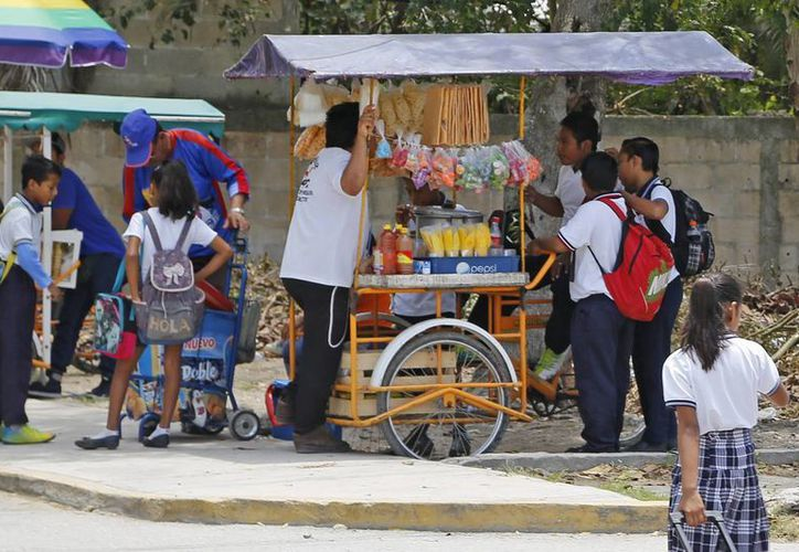Sancionan a los vendedores que se instalan alrededor de los planteles educativos. (Jesús Tijerina/SIPSE)