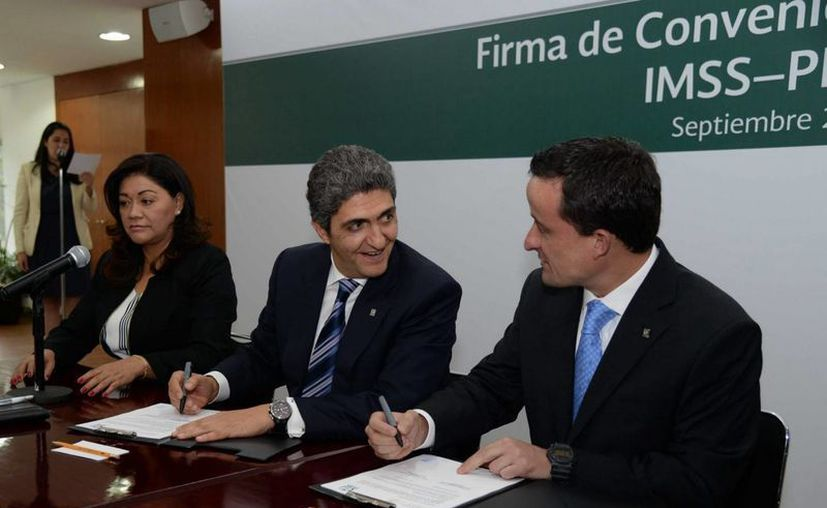 El director del IMSS, Mikel Arriola (der.), y el titular de la Profeco, Ernesto Nemer Alvarez, signaron el convenio de colaboración para fomentar una mejor salud, a partir de la cultura de la prevención. (Notimex)