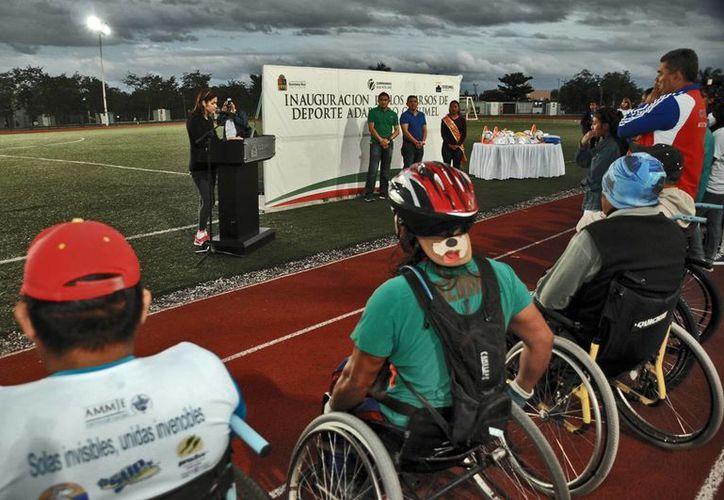 Durante la entrega de apoyos se realizó una demostración de los cursos a los deportistas. (Redacción/SIPSE)