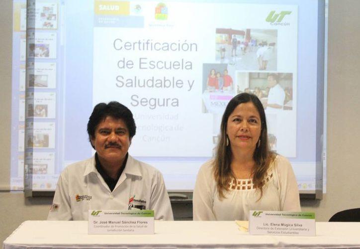 José Manuel Sánchez Flores y Elena Múgica Silva durante el evento de certificación. (Sergio Orozco/SIPSE)