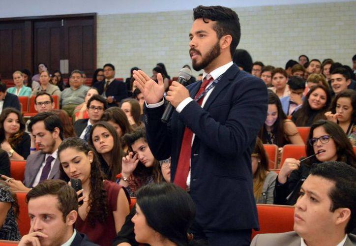 Los jóvenes intervinieron durante la ponencia de los conferencistas en el Mayabmun 2015. (Milenio Novedades)