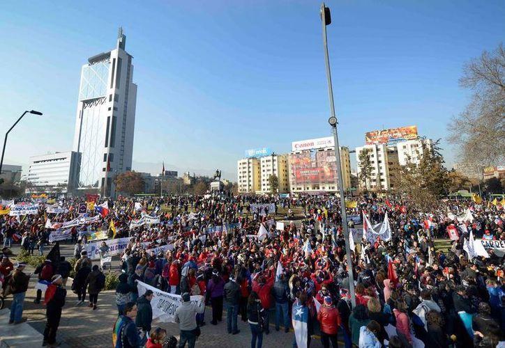 Miles de universitarios y profesores marcharon hoy jueves para pedir al gobierno de Michelle Bachelet que los deje participar activamente en la elaboración de las reformas educativas. (24horas.cl)