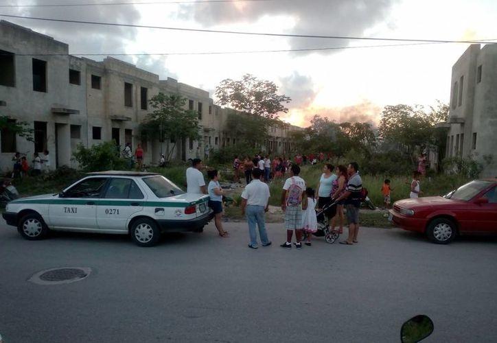 La tarde de ayer seguían llegando más familias en el fraccionamiento. (Eric Galindo/SIPSE)