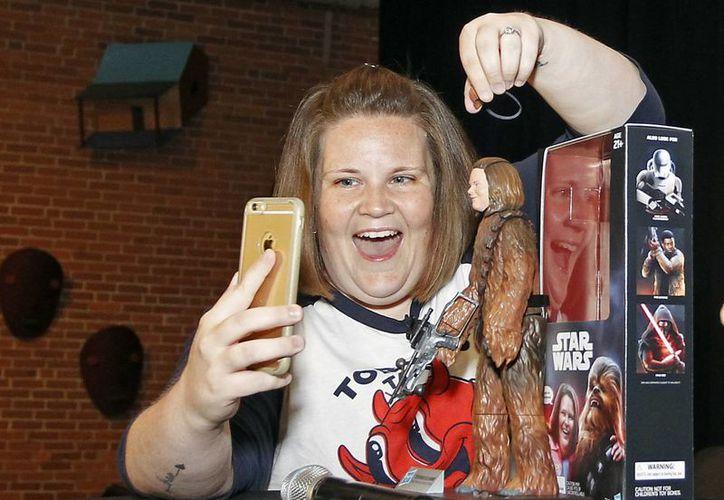 Candace Payne, también conocida como Chewbacca mamá, asistió al lanzamiento del juguete en los cuarteles de Hasbro. (Imágenes Stew Milne/AP para Hasbro)